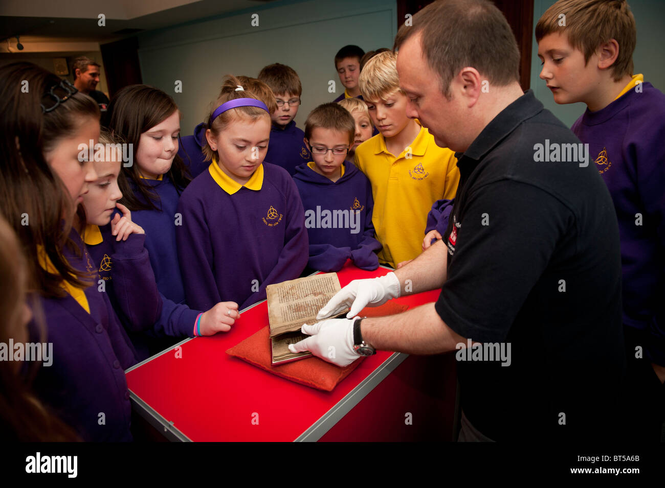 A group of welsh primary school pupils visiting the National Library of Wales - Stock Image