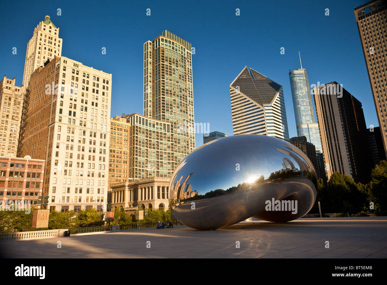 Cloud Gate knows as the Chicago Bean in Millennium Park in Chicago, IL, USA. The work is by artist Anish Kapoor. - Stock Image