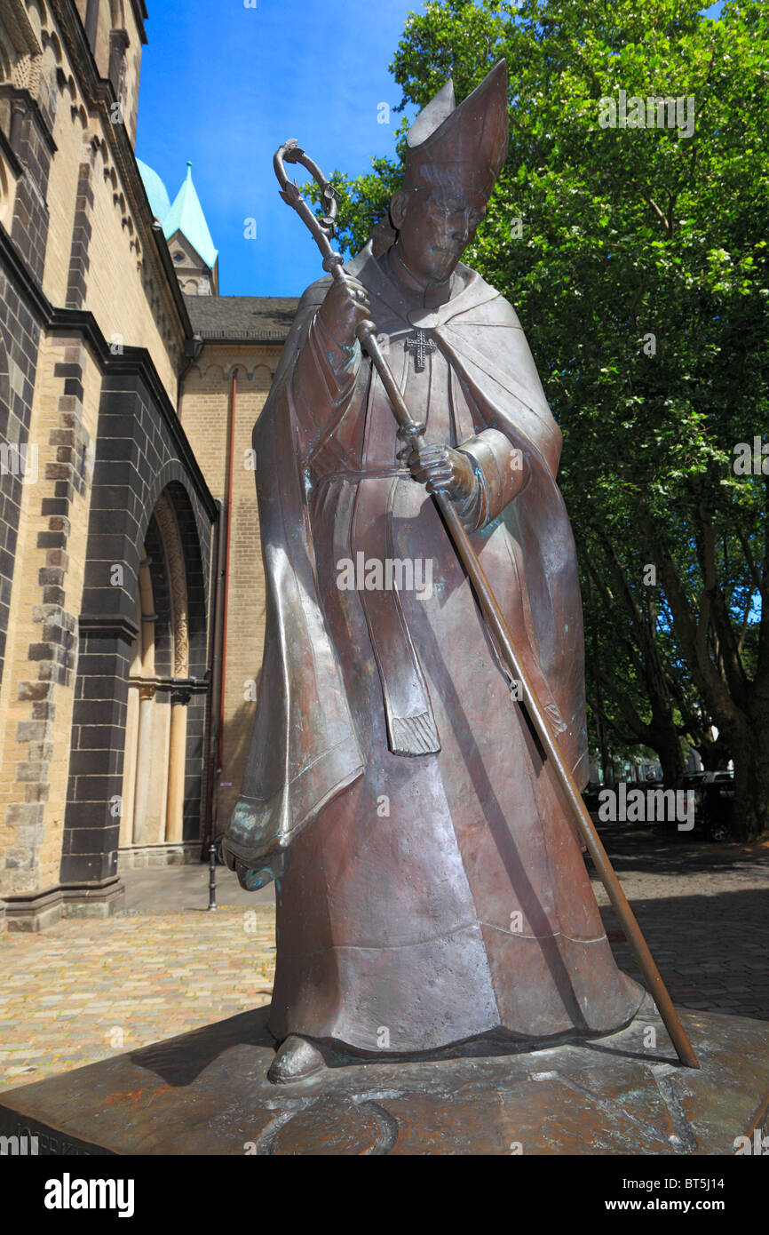 Denkmal des Koelner Erzbischofs Josef Kardinal Frings auf dem Muensterplatz, Bildhauer Elmar Hillebrand, Neuss, Stock Photo