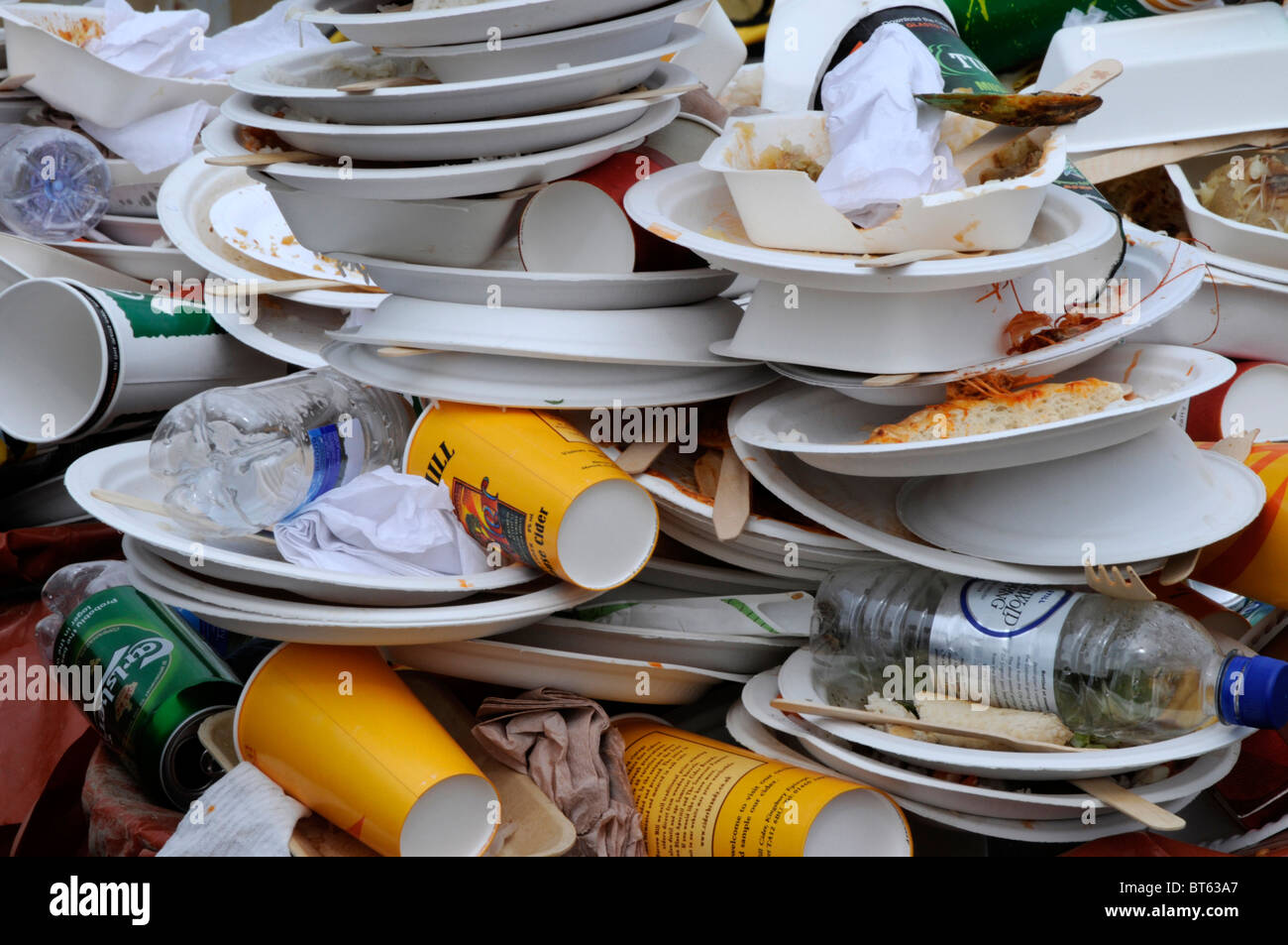 rubbish garbage paper plates food & rubbish garbage paper plates food Stock Photo: 32096463 - Alamy