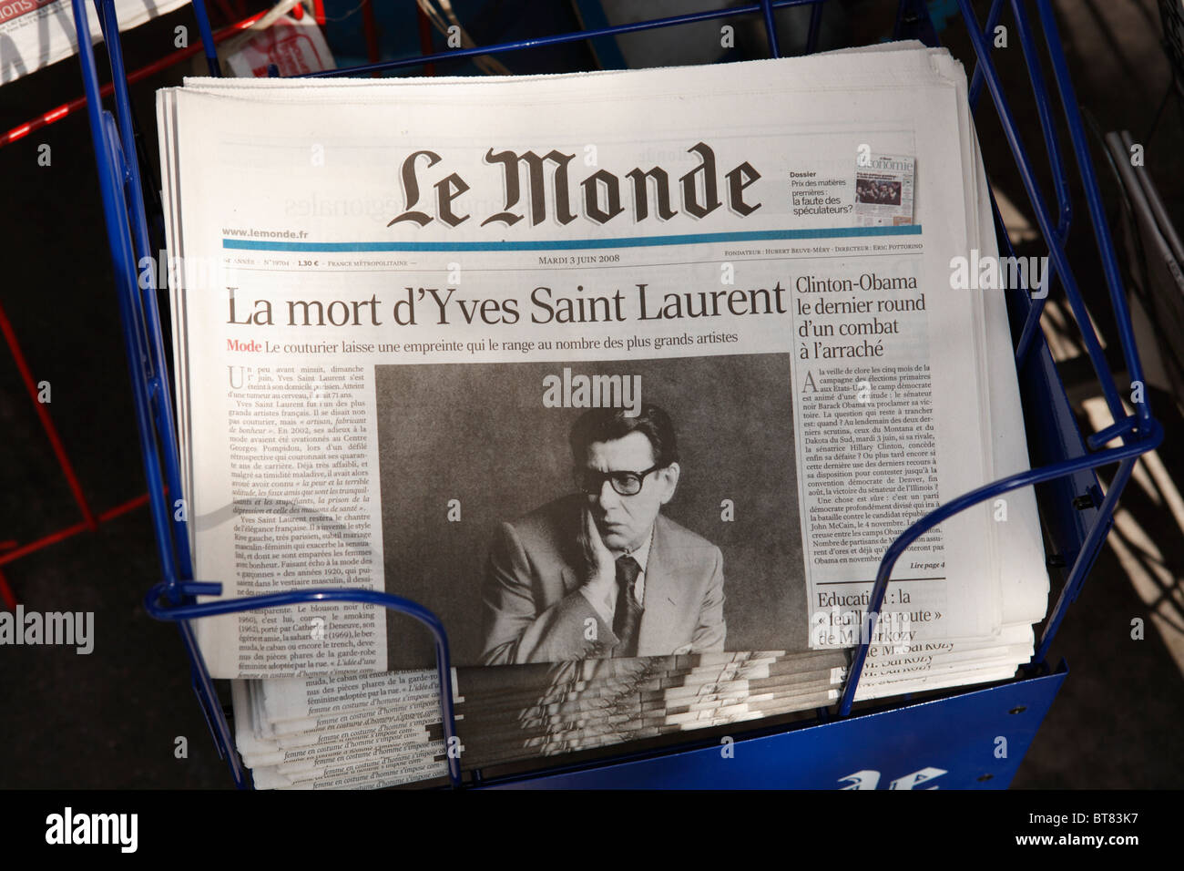 Le Monde headline at a newsstand on a Paris street after the death of fashion designer Yves Saint Laurent: - Stock Image