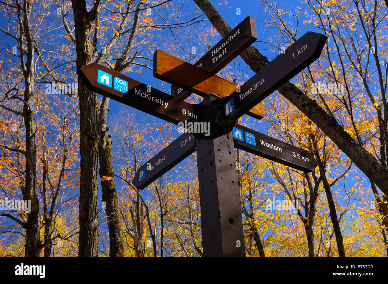 Blanchet Trail marker with distances to Meech Lake beach and Tawadina lookout Gatineau Hills Park Quebec Canada - Stock Image