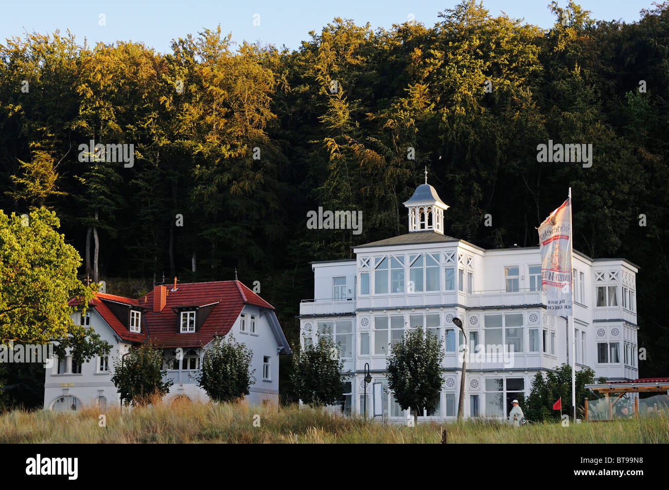 Villas in the seaside-resort architectural style at the beach promenade in the Baltic resort Binz, Ruegen Island - Stock Image