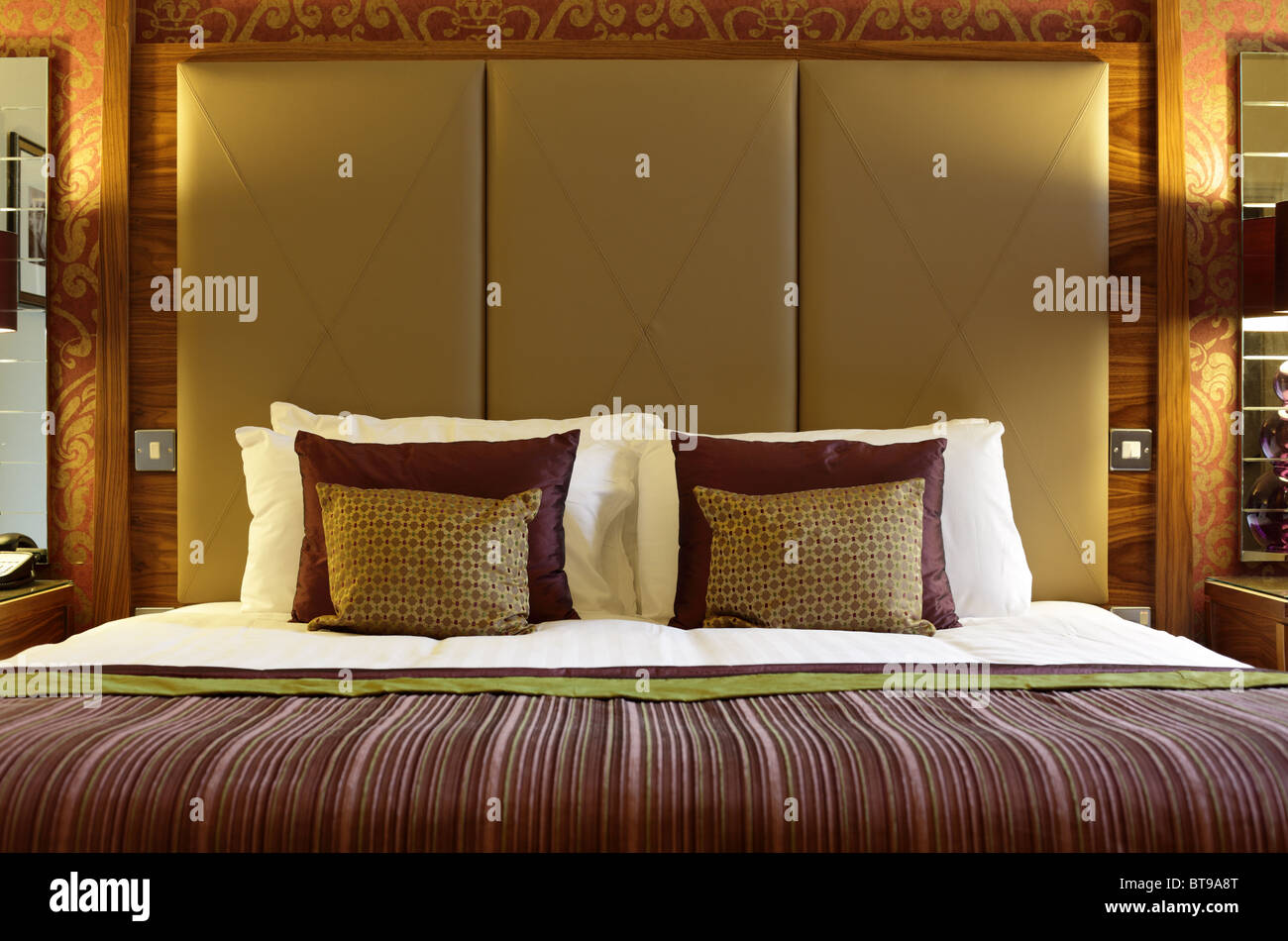 Luxurious hotel bed - Stock Image