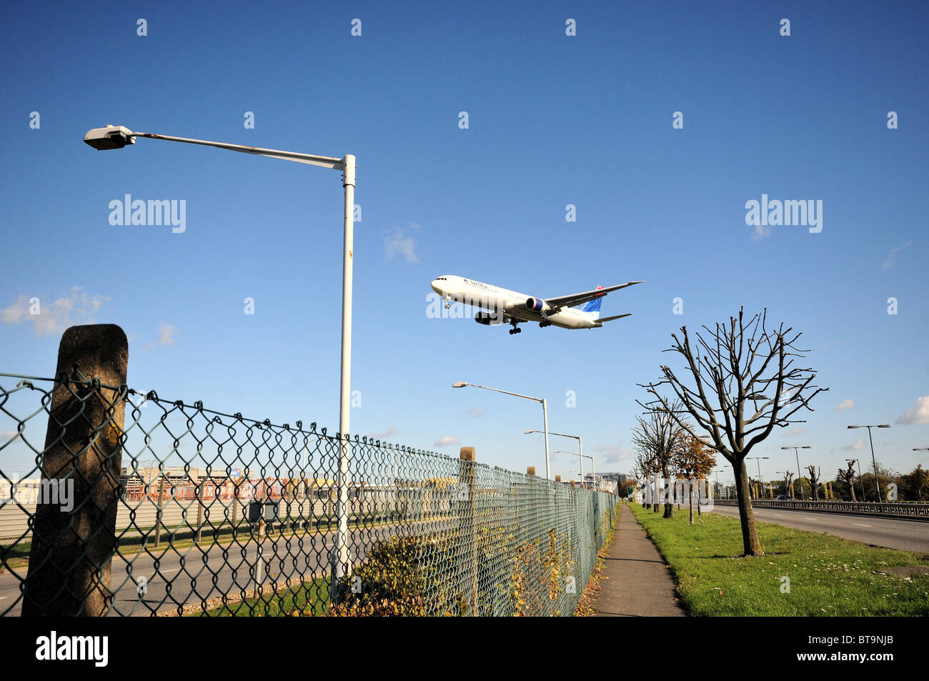 Low flying  passenger jets landing at Heathrow airport - Stock Image