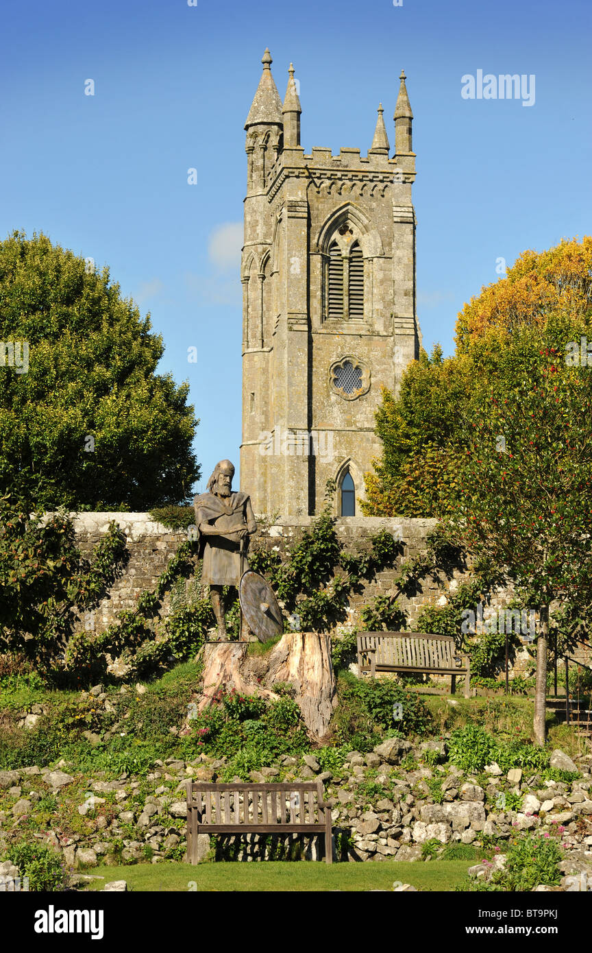 Statue of King Alfred in the ruins of Shaftesbury Abbey (the tower belongs to Holy Trinity Church) Dorset UK - Stock Image