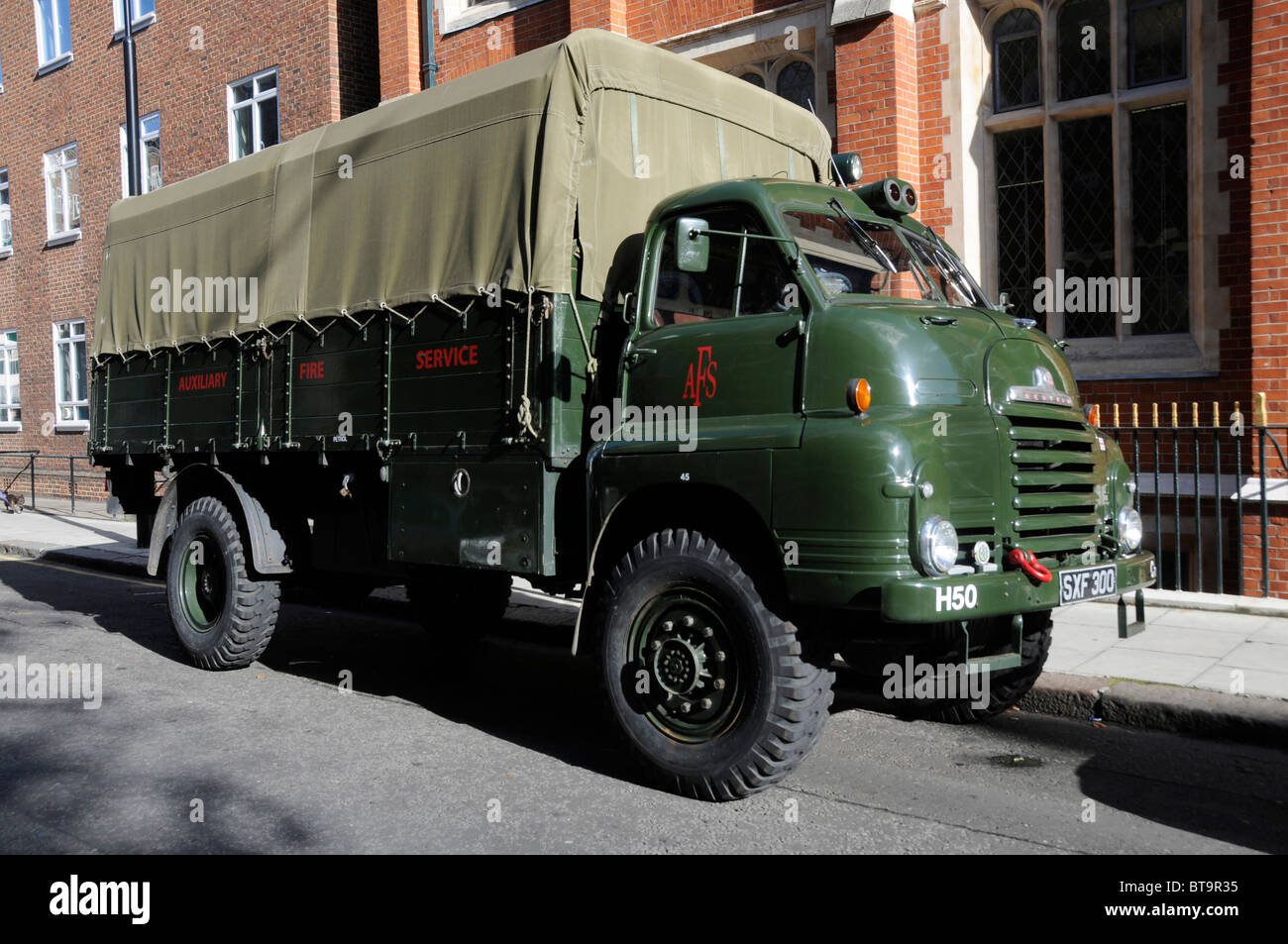 VINTAGE AUXILIARY FIRE BRIGADE VEHICLE ON DISPLAY IN LONDON UK - Stock Image
