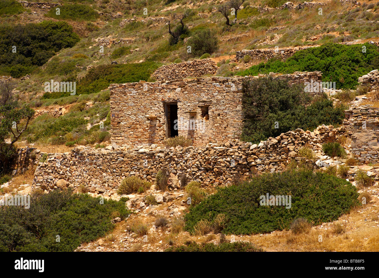 Abandoned farm ruins on Ios, Cyclades Islands, Greece - Stock Image
