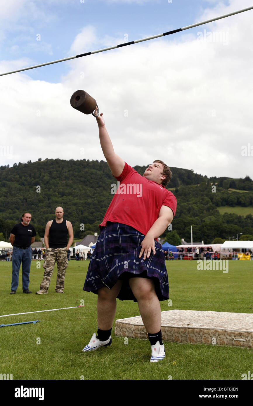 The Weight Over the Bar Competition, Glenurquhart Highland Gathering and Games, Blairbeg Park, Drumnadrochit, Scotland - Stock Image