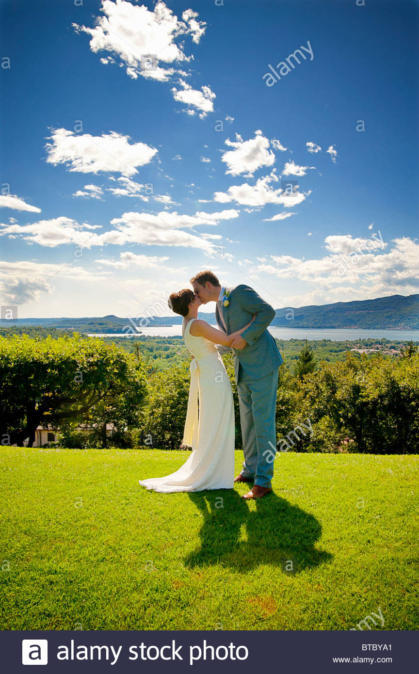 Newlyweds kissing - Stock Image