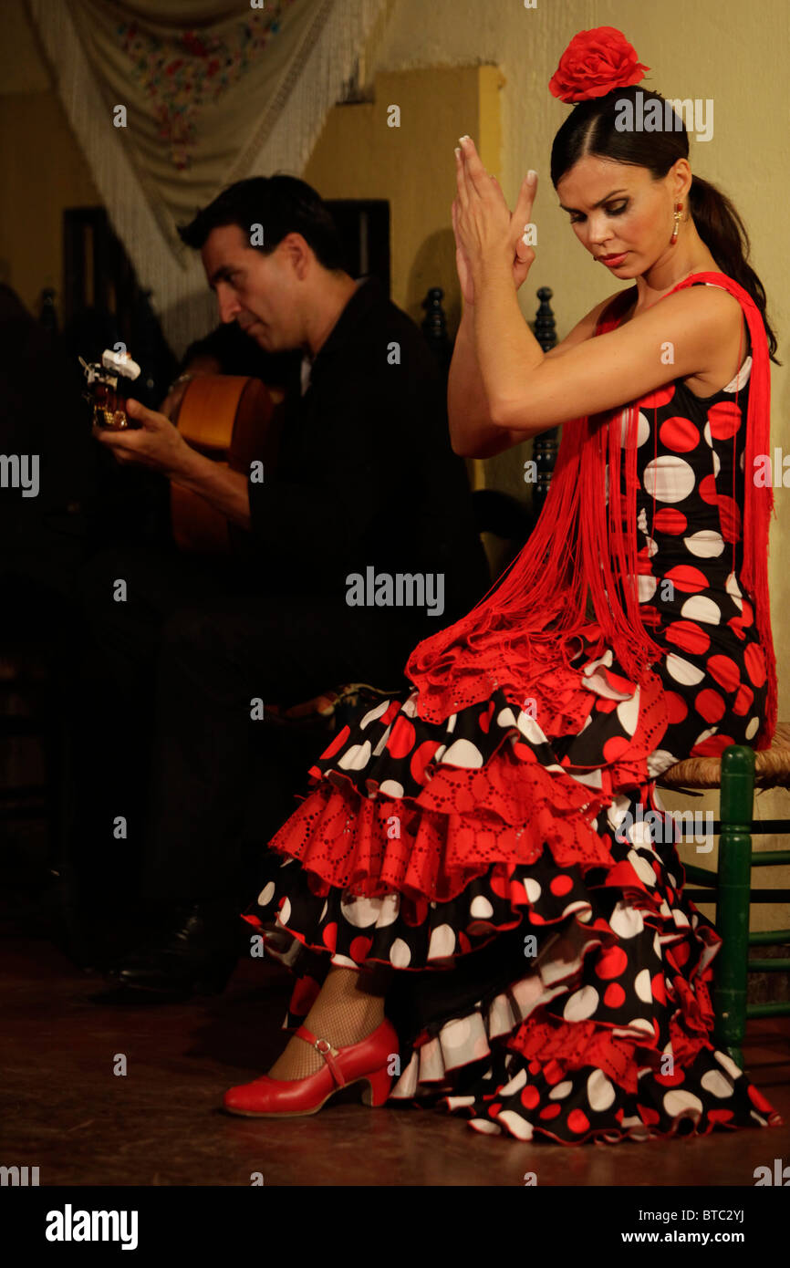 Flamenco dancer and guitar player at the Tablao Cardenal in Cordoba, Spain - Stock Image