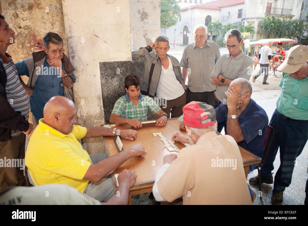 HABANA VIEJA: LOCALS PLAYING DOMINOES - Stock Image