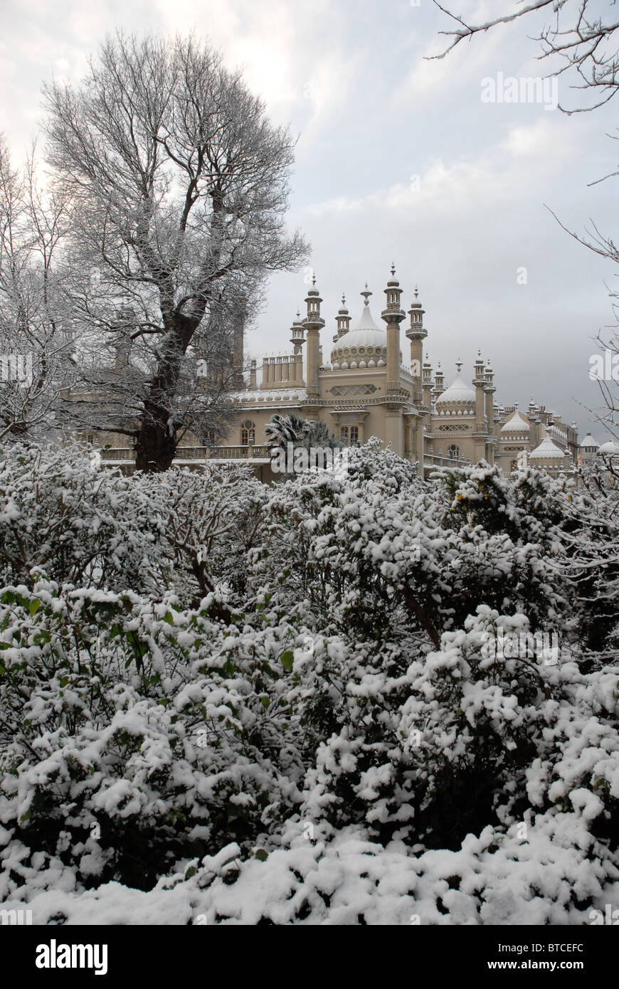 Brighton Royal Pavilion and gardens in the snow Stock Photo