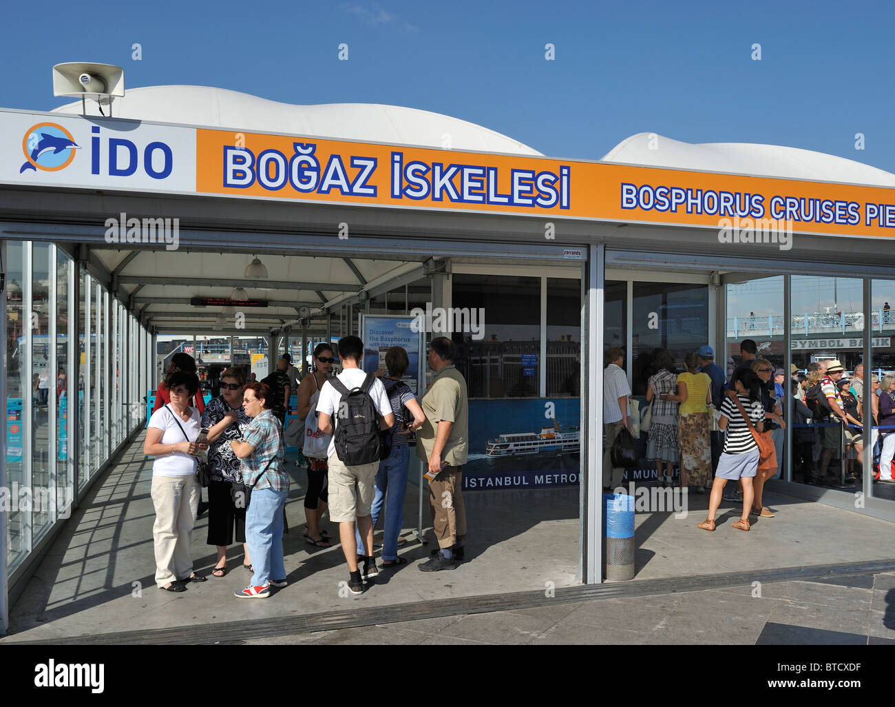 People waiting at the Bosphorus Cruises Pier, İstanbul, Turkey 100916_35980 - Stock Image