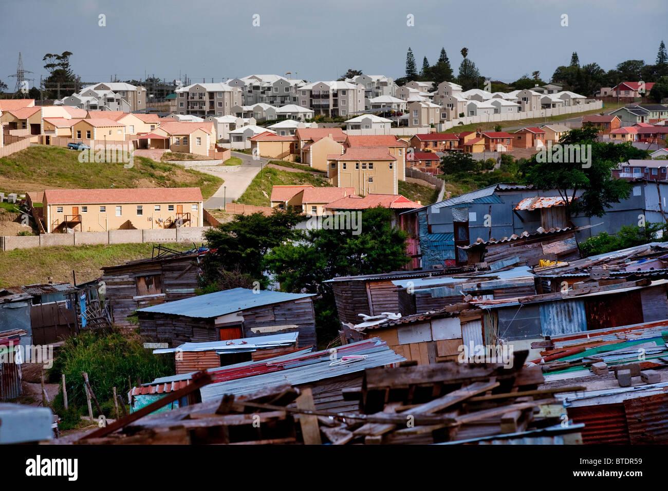 The Nompumulelo informal settlement across from an upmarket housing developments - Stock Image