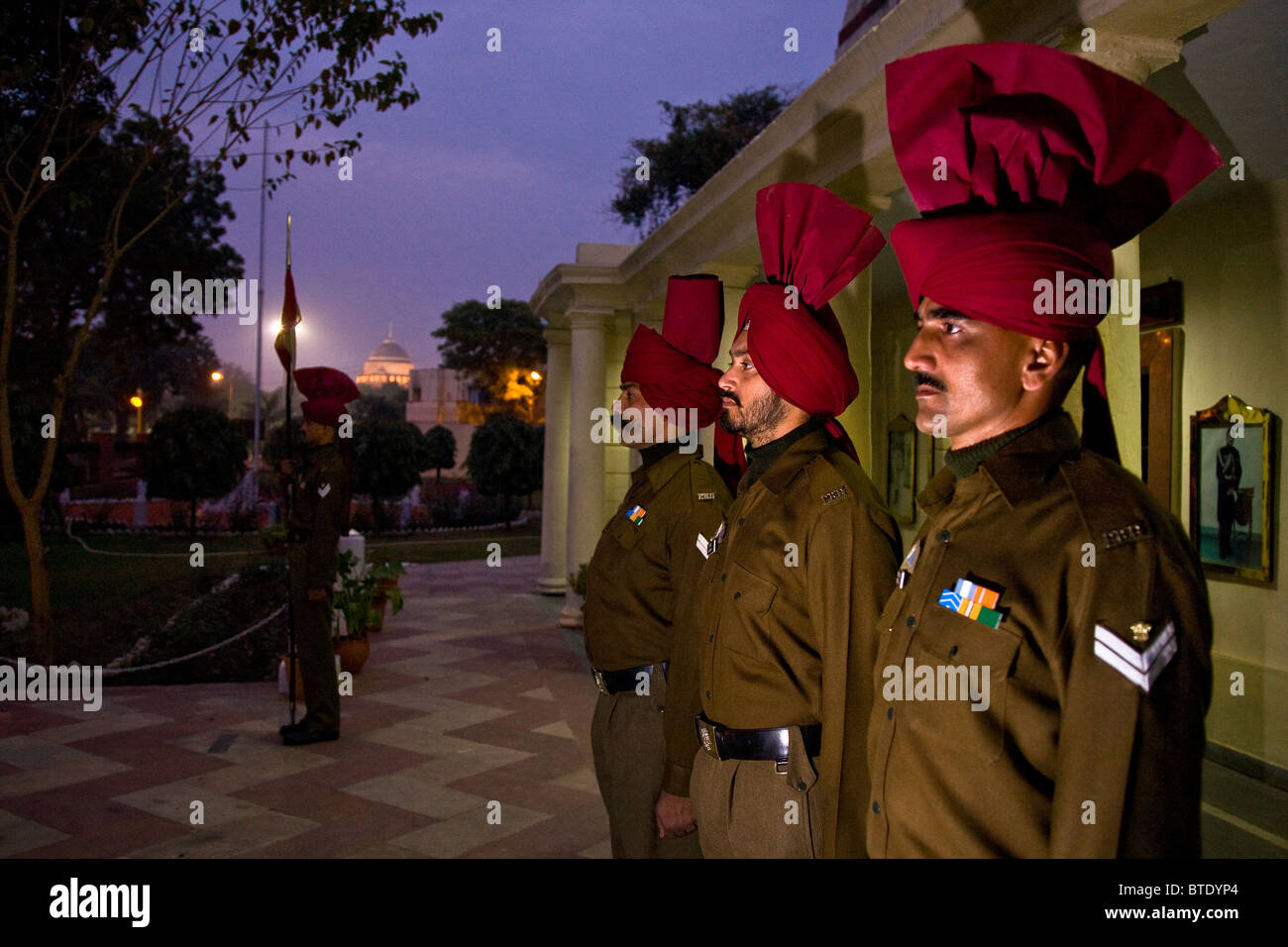 Presidential Bodyguard soldiers on sentry duty at their HQ's with the Rashtrapati Bhavan Palace in background. - Stock Image