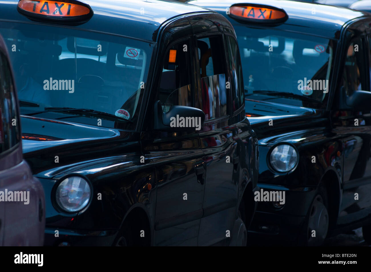 Black taxi cabs queued up on Brompton Rd, Knightsbridge, London - Stock Image