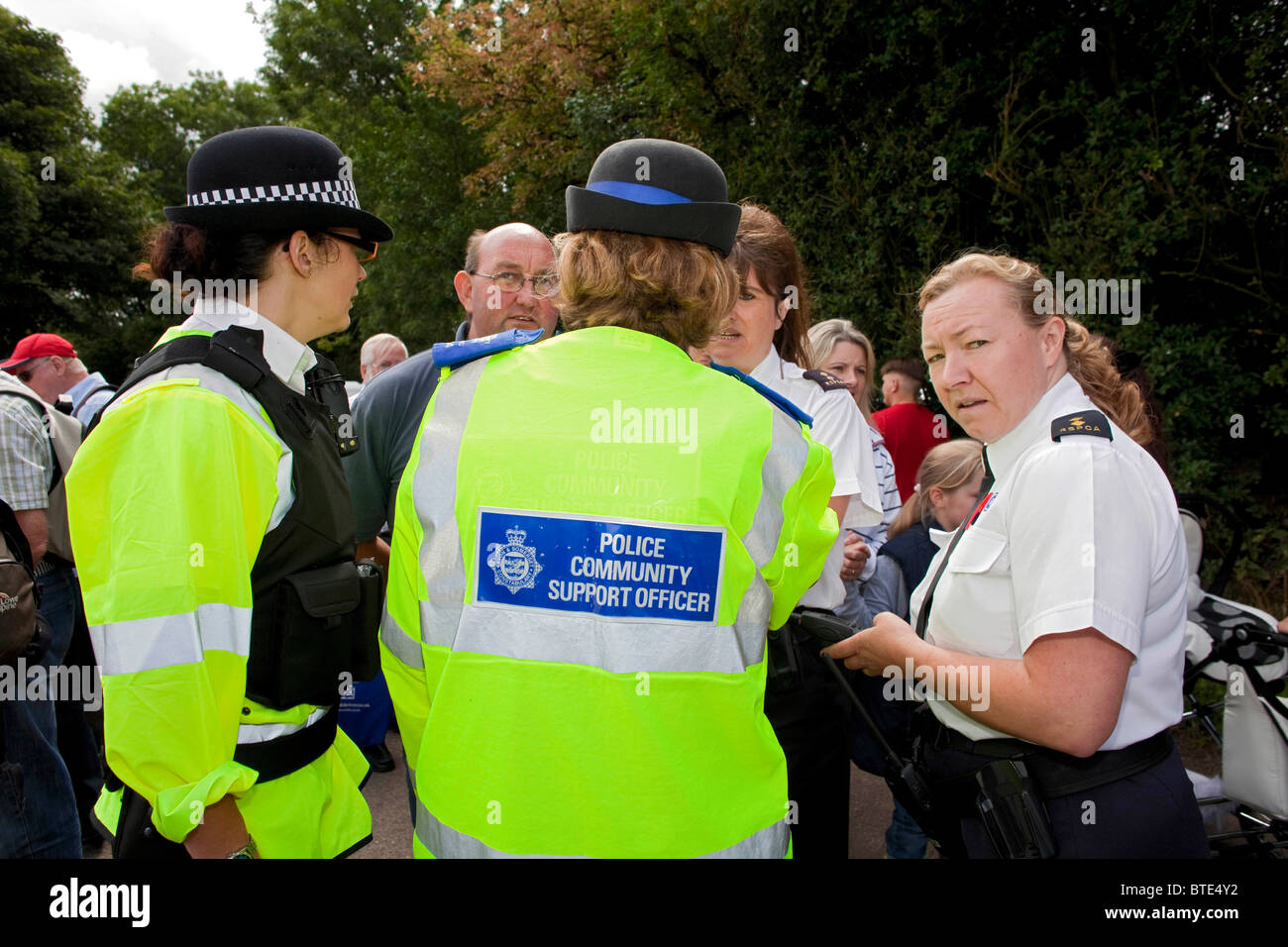 Women RSPCA inspectors and police officers in discussion regarding the sale of young puppies at Priddy Horse Fair. - Stock Image