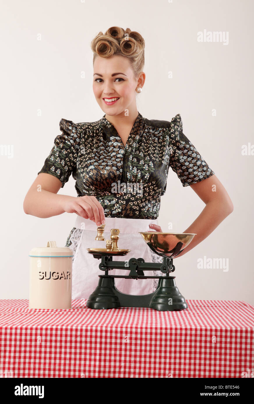 Retro housewife with scales - Stock Image
