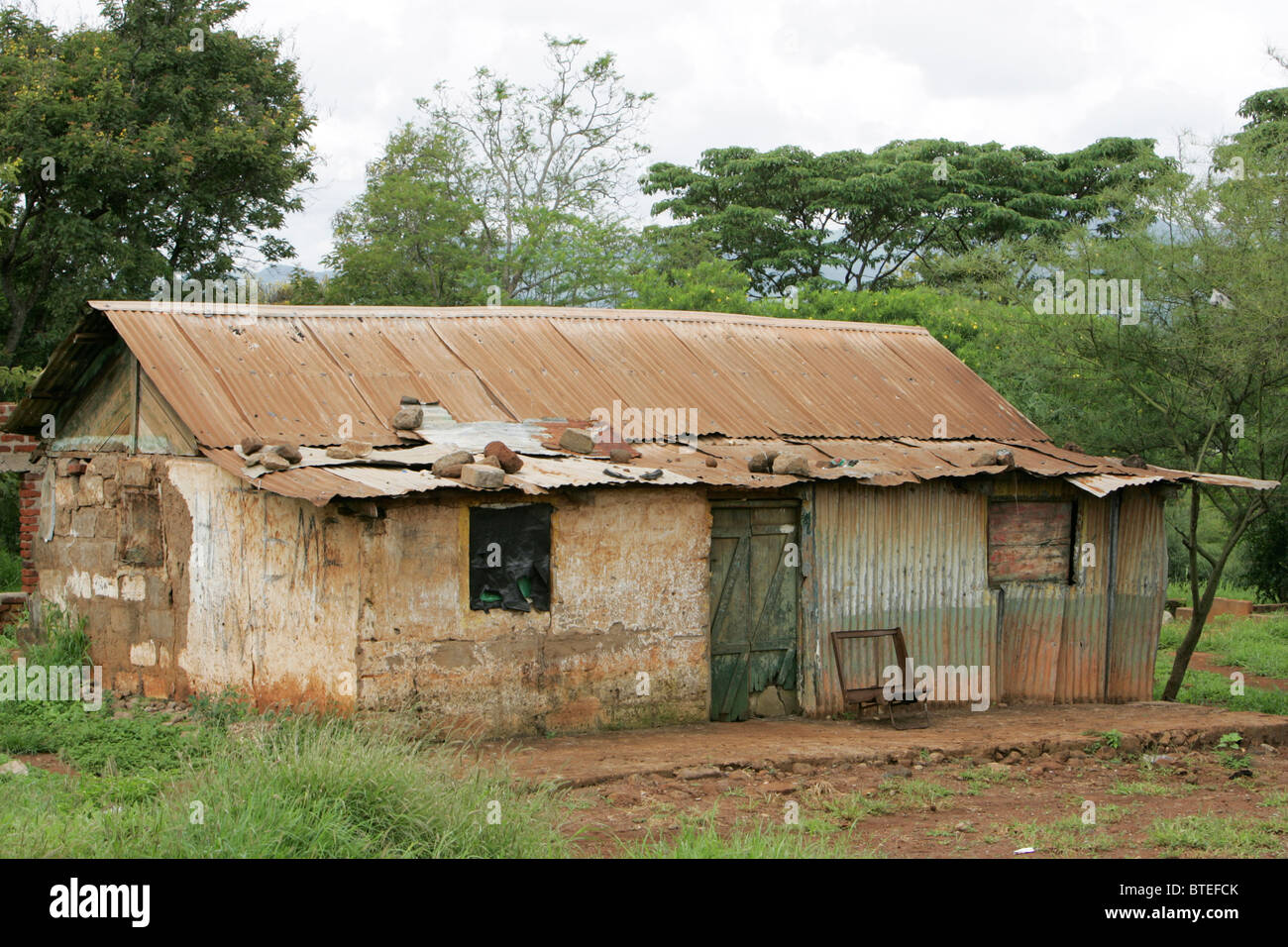 Derelict old corrugated iron and mud-brick house - Stock Image