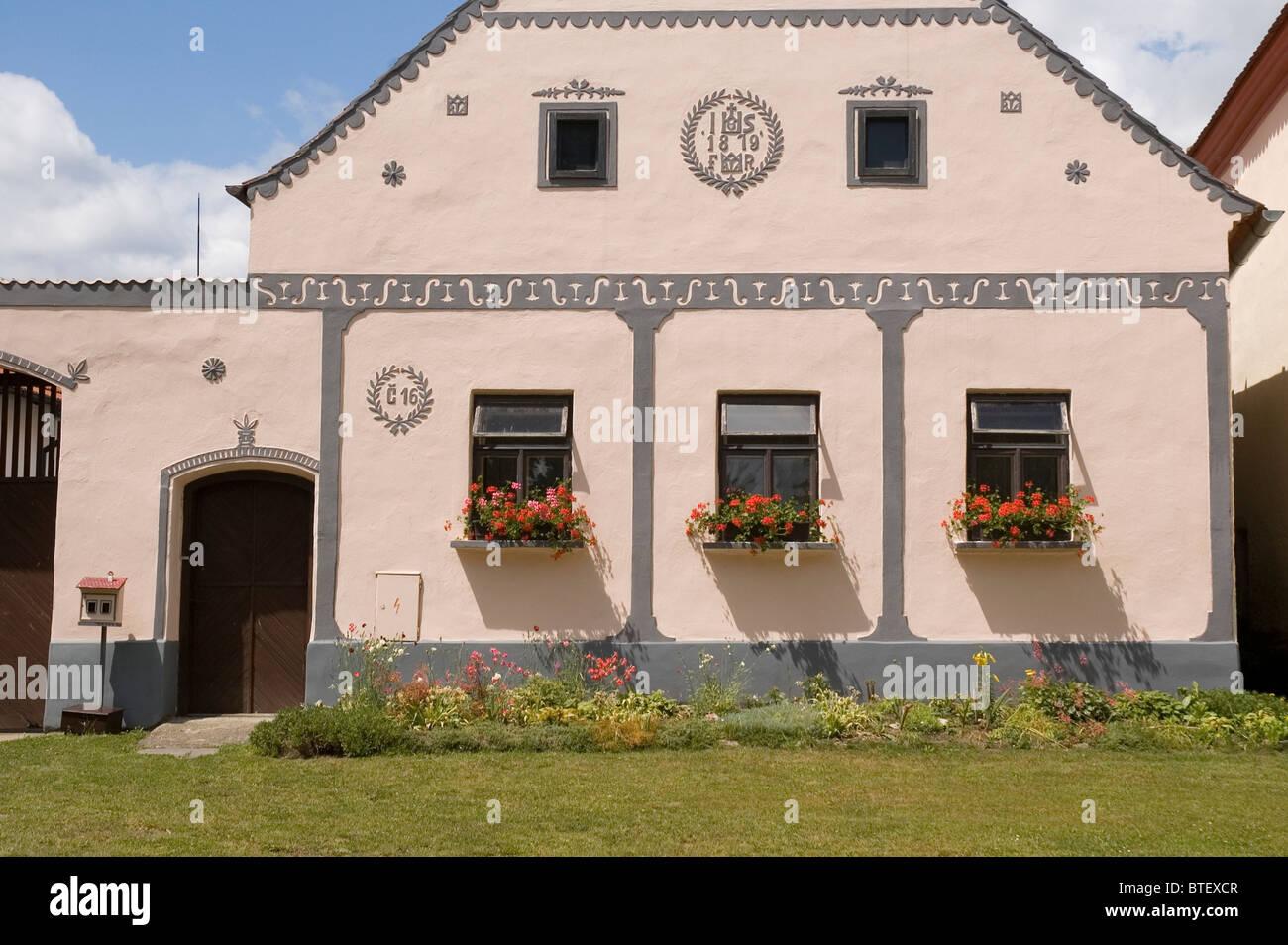 Elk188-2892 Czech Republic, Holasovice, folk baroque farmhouse, pink decorated farmhouse - Stock Image