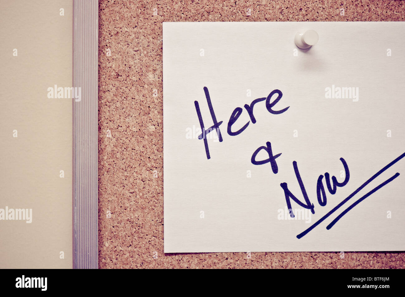 Note on bulletin board - Stock Image
