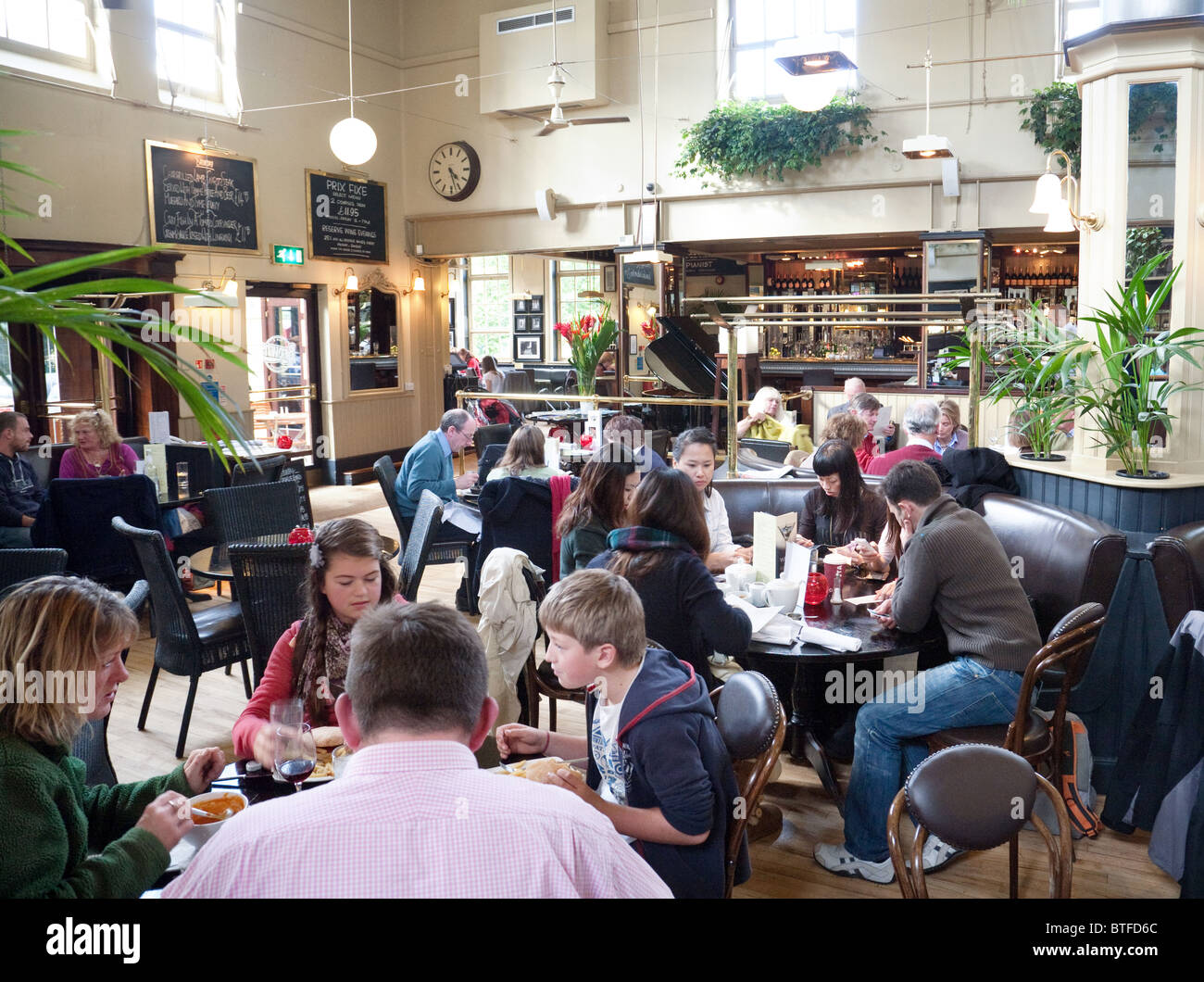People eating and drinking in Browns bar and Brasserie restaurant, trumpington St, Cambridge UK - Stock Image