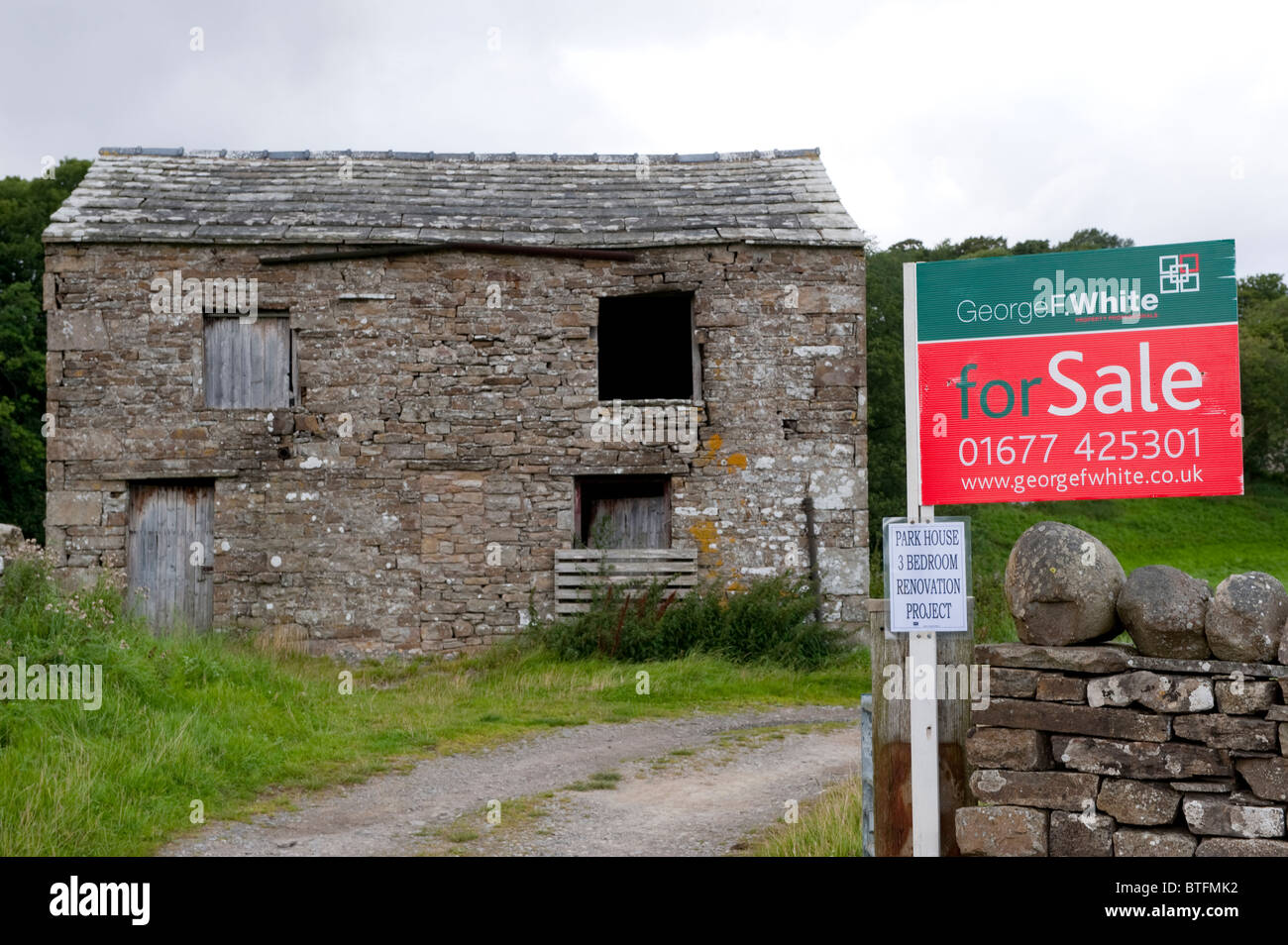 Rural farm barn with planning permission with For Sale sign outside. North Yorkshire - Stock Image