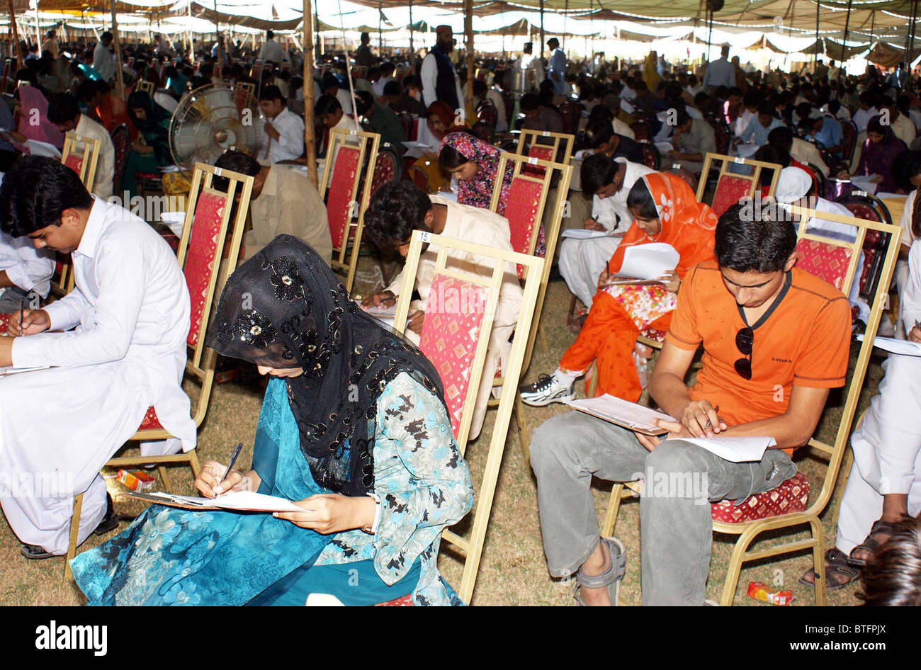 Candidates for admissions in BE Civil and Mechanical classes in Mehran University Jamshoro solve their papers during - Stock Image