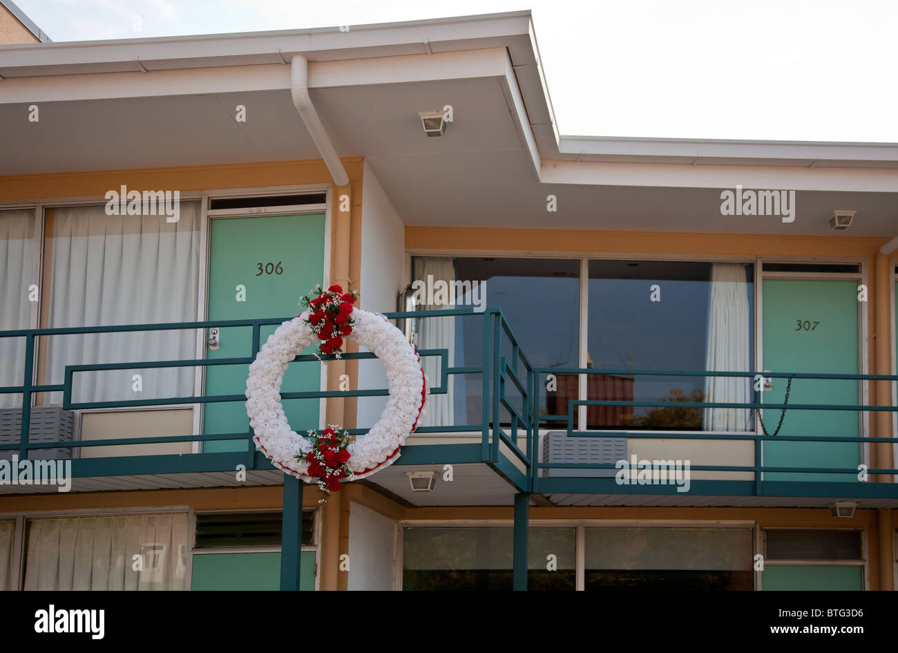 Wreath outside the balcony of the Lorraine Motel, Memphis, Tennessee, USA, where Dr Martin Luther King Jr was shot Stock Photo