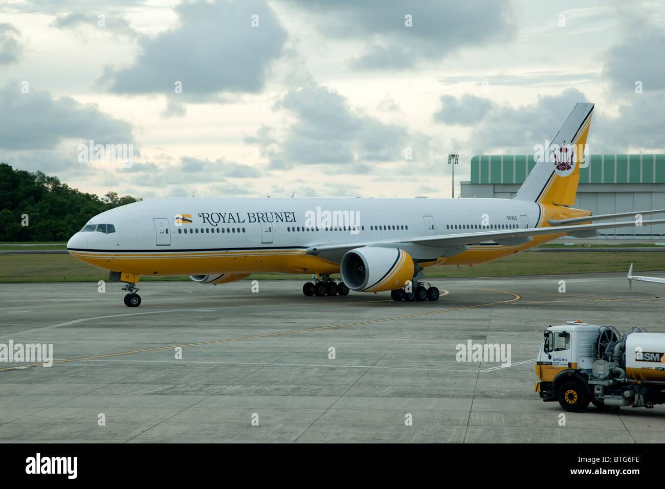 Boeing 777-212 of Royal Brunei Airlines at Bandar Seri Begawan Airport, Brunei - Stock Image