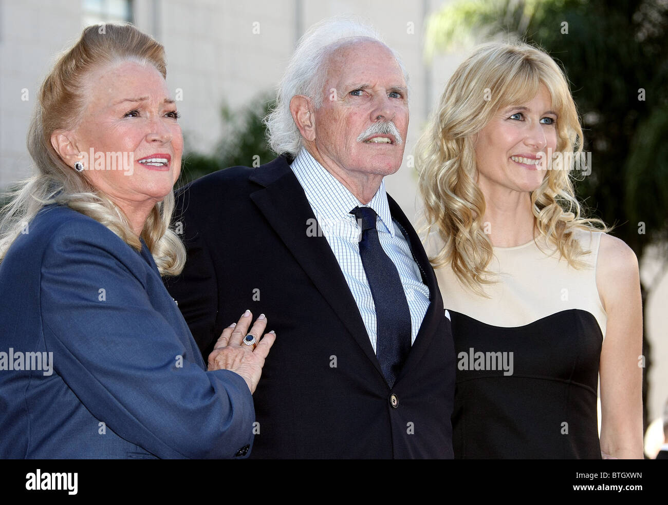 DIANE LADD BRUCE DERN LAURA DERN BRUCE DERN LAURA DERN AND DIANE LASS HONORED WITH STARS ON THE HOLLYWOOD WALK OF FAME LOS AN