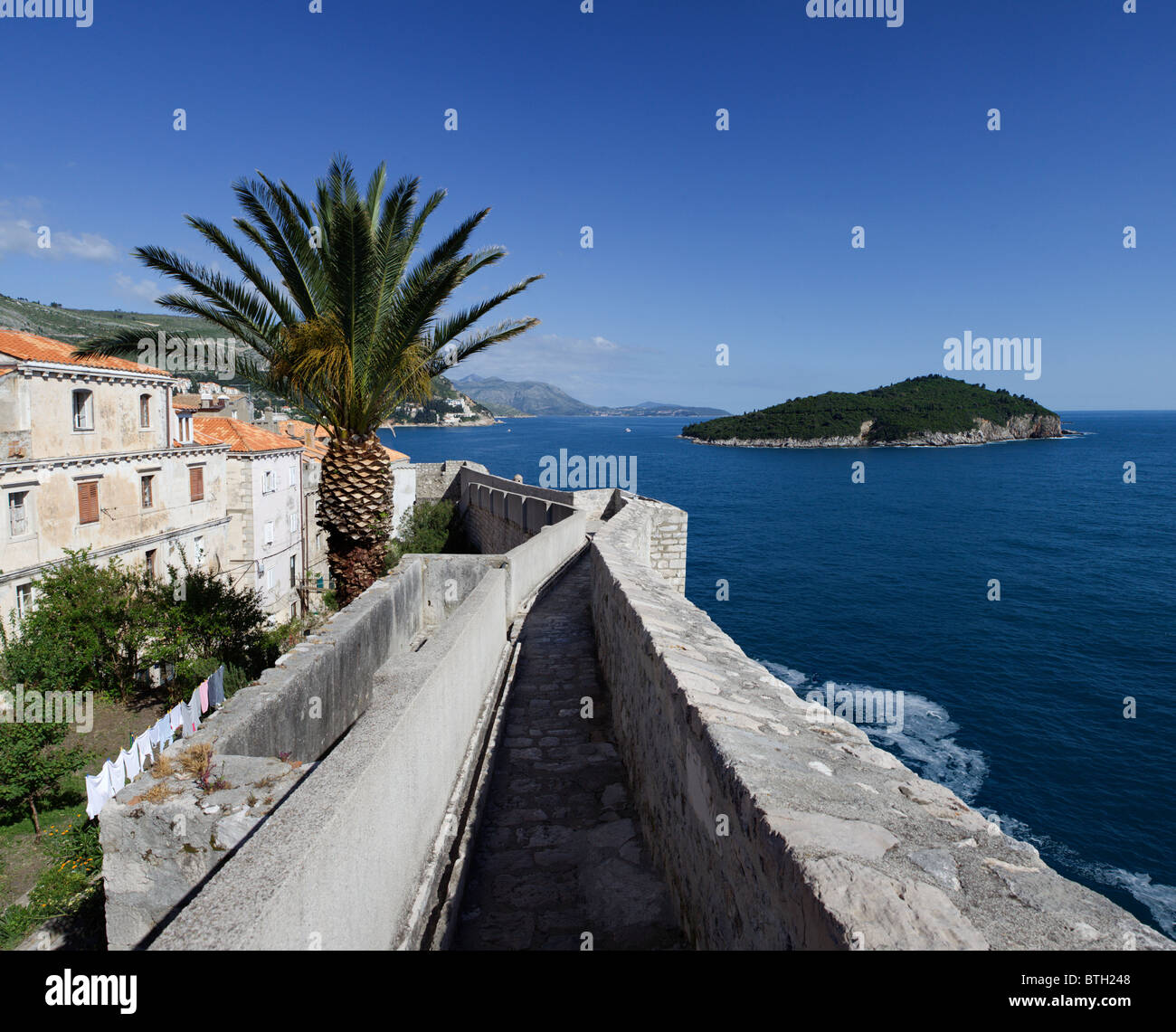 A walk along the walls of Dubrovnik's walled city - Stock Image