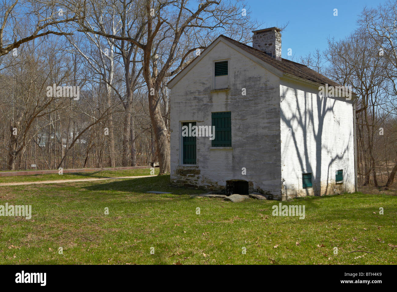 The north side and rear exterior of Lockhouse 11 on the C&O Canal, Potomac, Maryland. - Stock Image