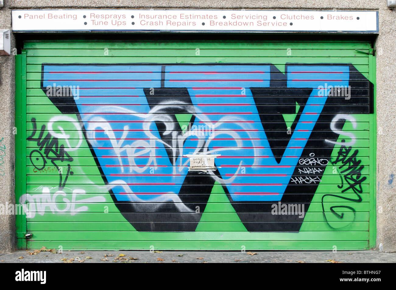 Eine letters graffiti on shutters, letter W, London Shoreditch, Street art, stencil contemporary urban trend - Stock Image