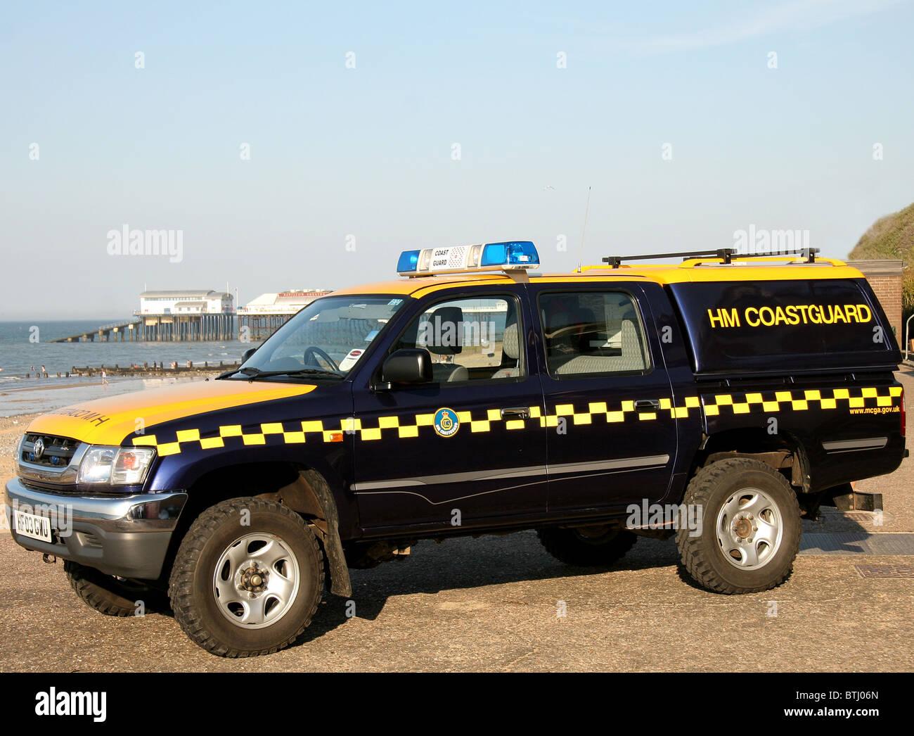 H.M Coastguard Coastguard Rescue Vehicle CRV at Cromer. Cromer lifeboat station in the background. - Stock Image