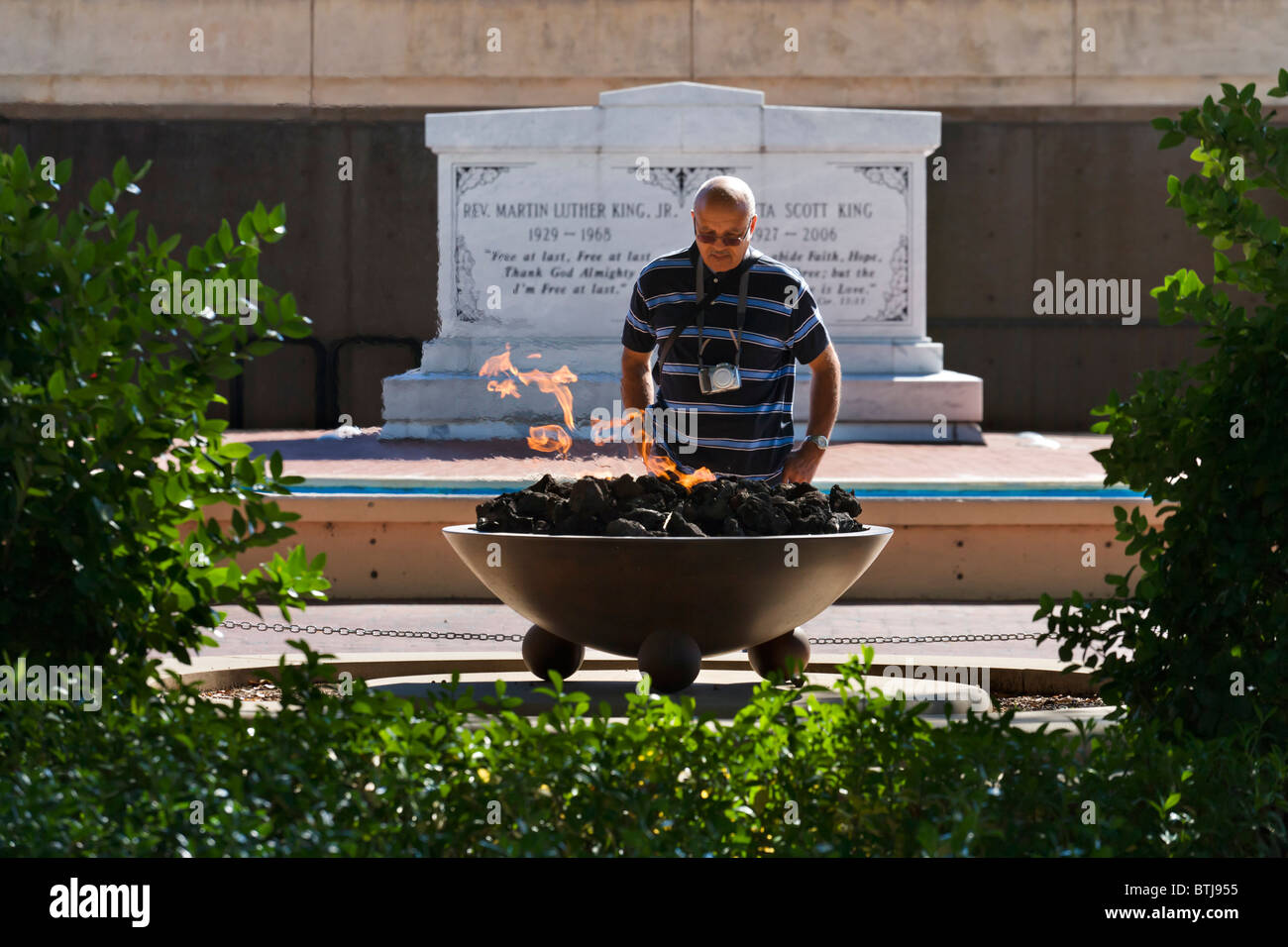 African American visitor in front of Eternal Flame with MLK tomb behind, Martin Luther King Historic Site, Atlanta, - Stock Image