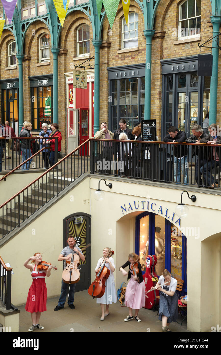 Street performers and spectators, Covent Garden Market, London, England, United Kingdom - Stock Image