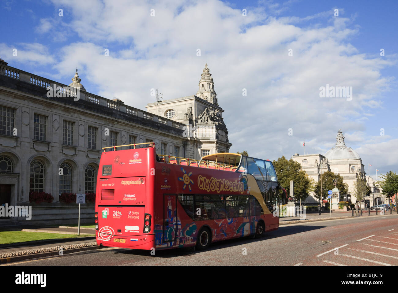 Cathays Park, Cardiff, Glamorgan, South Wales, UK. Hop on Hop off open top double decker tourist bus passing the - Stock Image