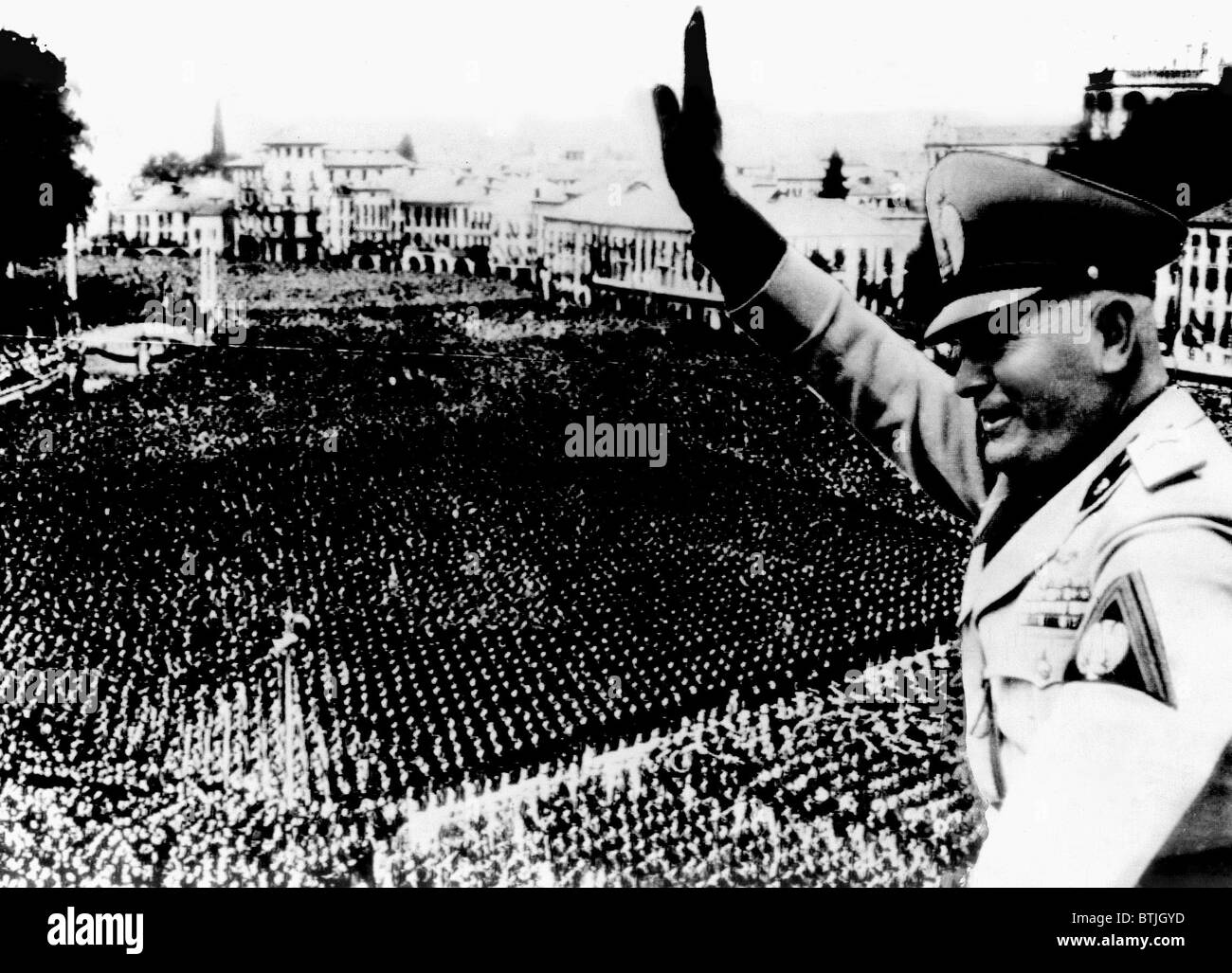 benito mussolini addressing a crowd in padua italy july 1943
