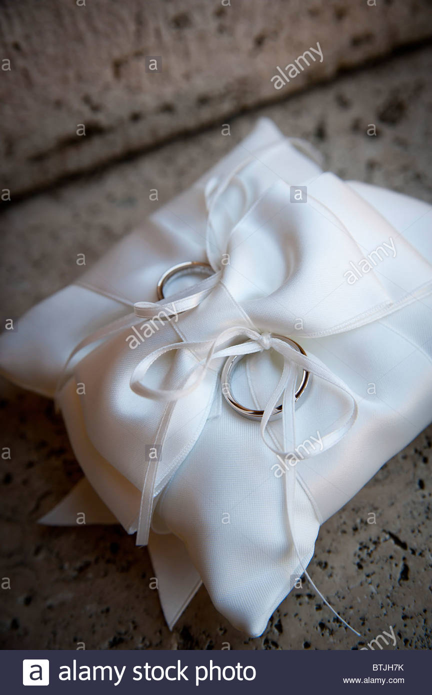 Wedding rings on a cushion - Stock Image