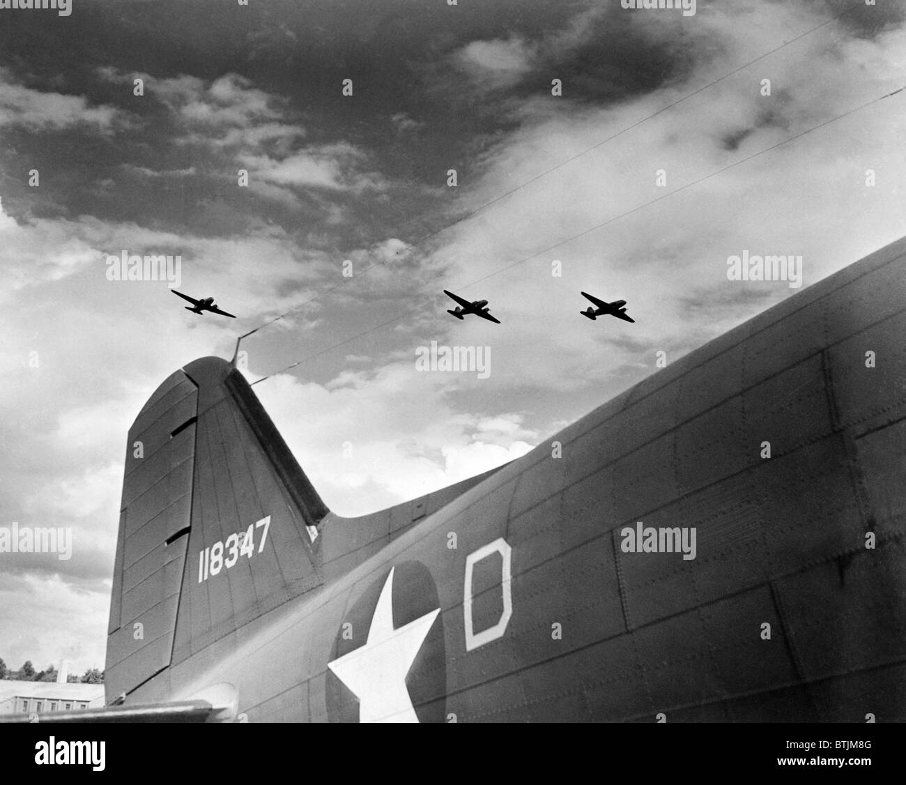 U.S. paratroopers in flight manuevers somewhere over England, ca. 1943-1945 - Stock Image