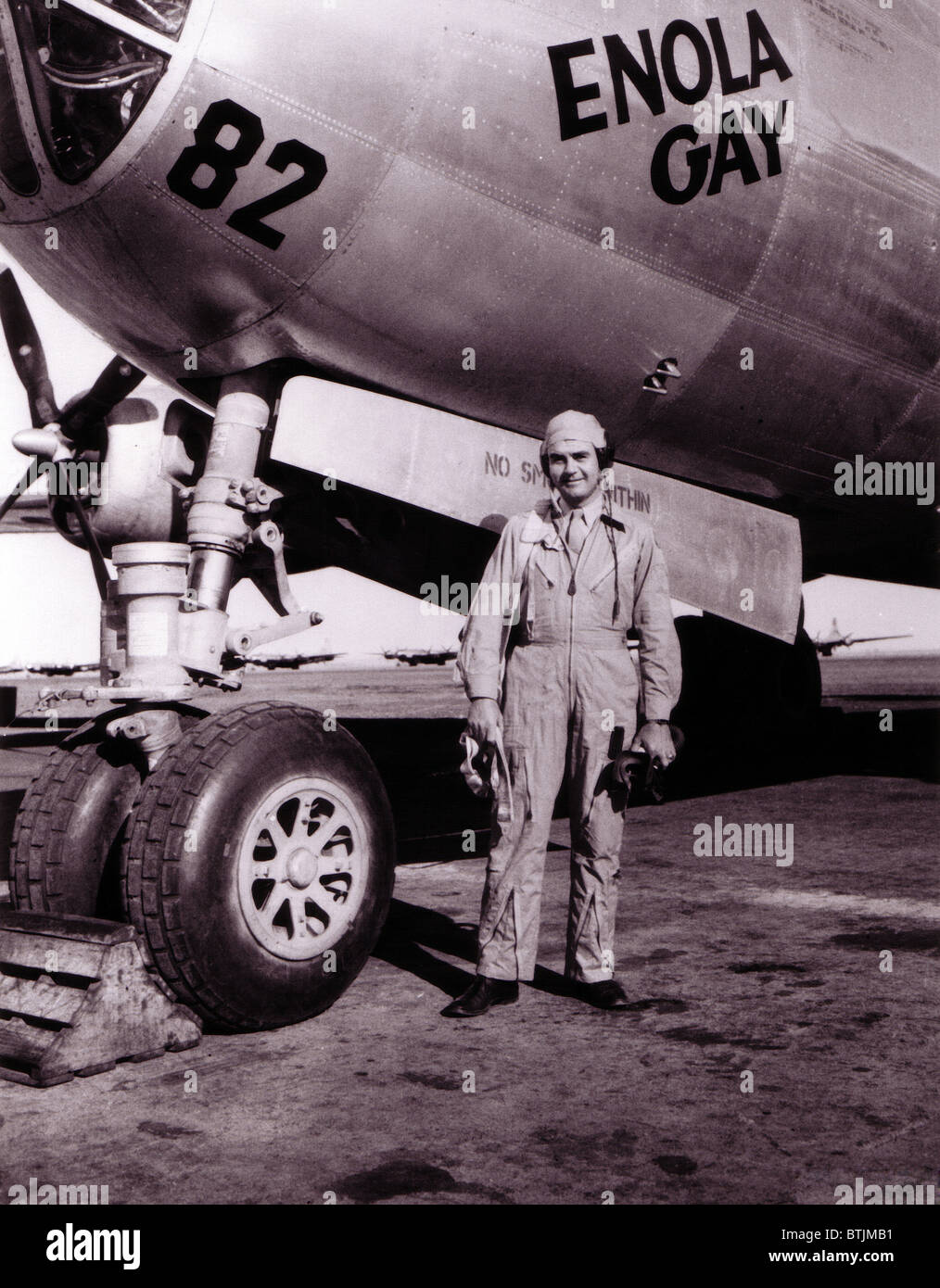 Colonel Paul Tibbets in front of the Enola Gay, ROSWELL ARMY AIR FIELD, New Mexico 1945 Stock Photo