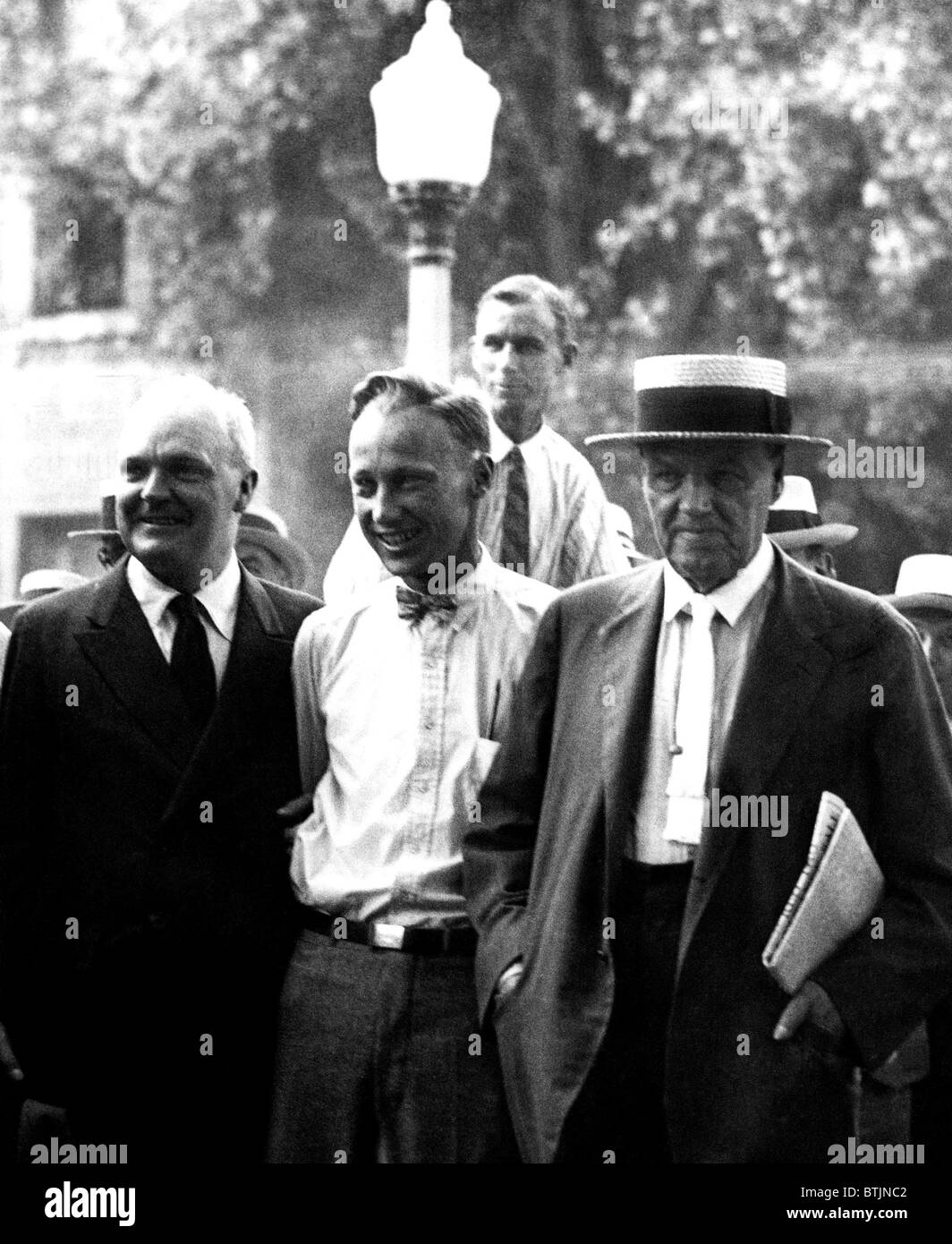 John T. Scopes (c) in 1925 at his famous 'Monkey Trial'. He is accompanied by his defence team Dudley Field - Stock Image