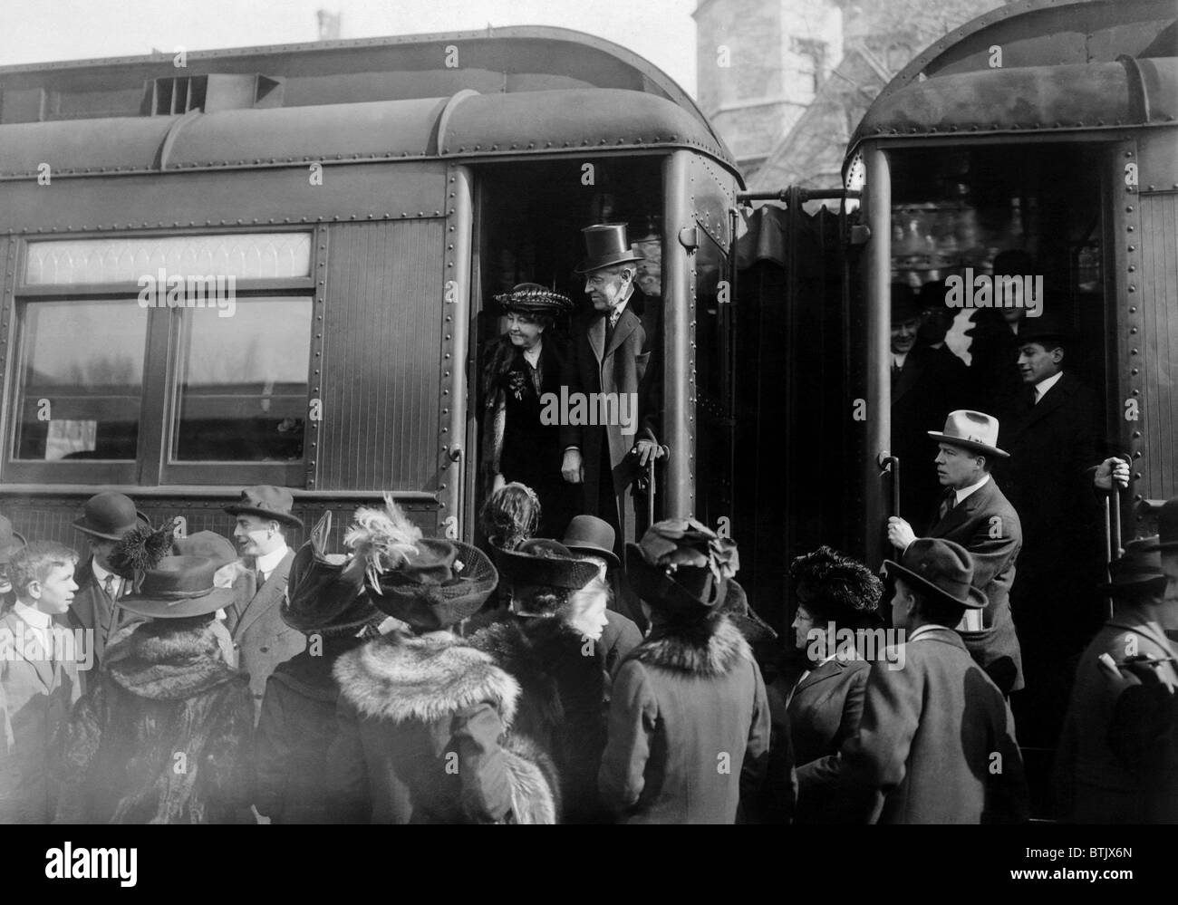 President elect Woodrow Wilson, surrounded by Princeton University undergraduates, boarding a train to Washington - Stock Image