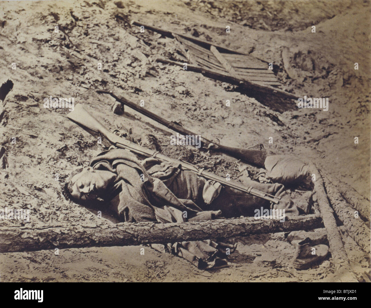 The Civil War, dead Confederate soldier lying in a trench, Petersburg, Virginia, April 3, 1865. - Stock Image
