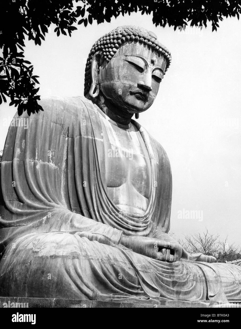 A Buddha in Kamakura seaside resort. ca 1950s. Courtesy: CSU Archives/Everett Collection. - Stock Image