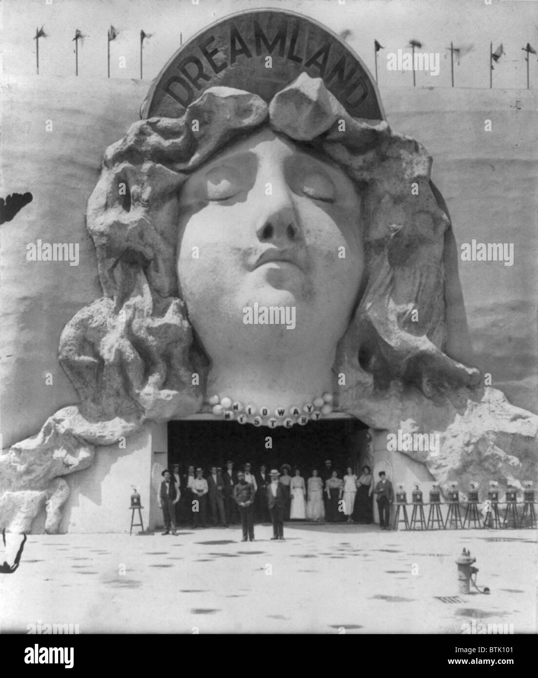 Amusement parks, 'On the Midway', group of people posed at entrance to Dreamland, decorated with bas-relief - Stock Image