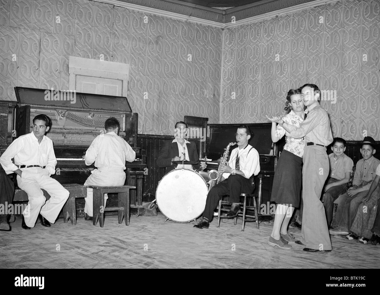 Folk Music. Orchestra and dancers at payday dance. Mogollon, New Mexico. Lee Russell, photographer, 1940 - Stock Image