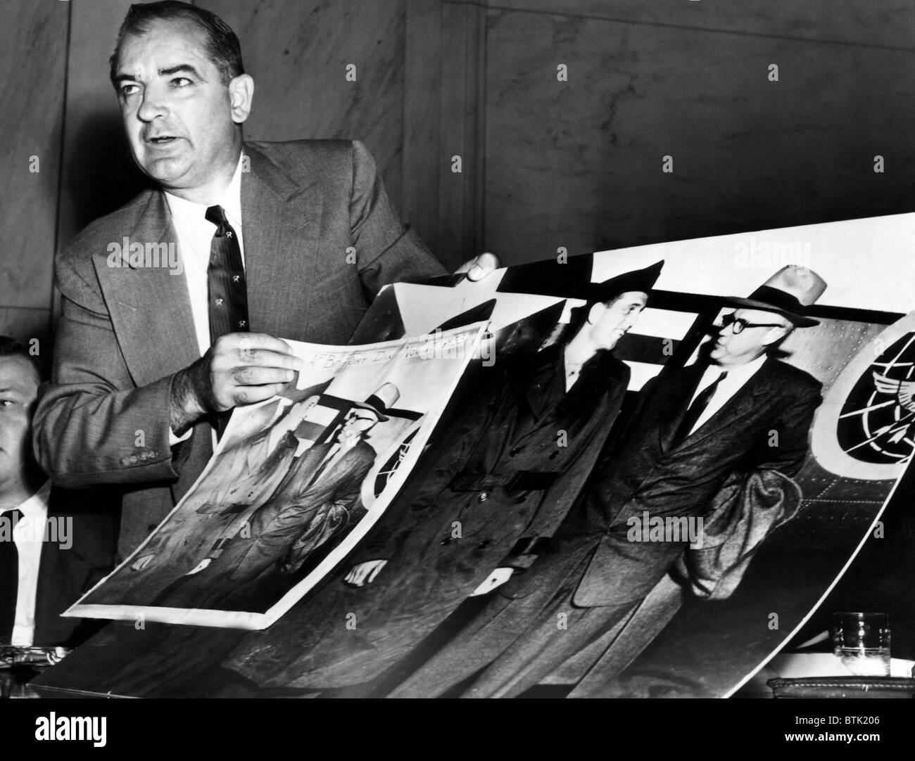 EV1816 - Senator Joseph McCarthy showing a cropped photo that he claims is 'evidence' of American Communist - Stock Image